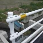 ガードパイプなど防護柵にも取り付けが可能です